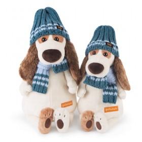 Пес Бартоломей в голубой шапке и шарфе