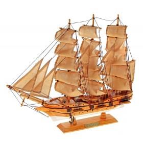 Корабль сувенирный, светлое дерево, бежевые паруса