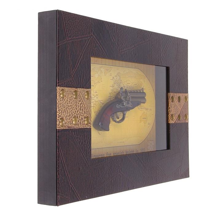 Сувенирное изделие в раме, пистоль в широкой раме