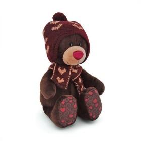 Choco сидячий в вязанной шапке с сердечками