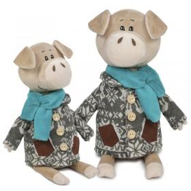 Свин Витя в пальто с оленями